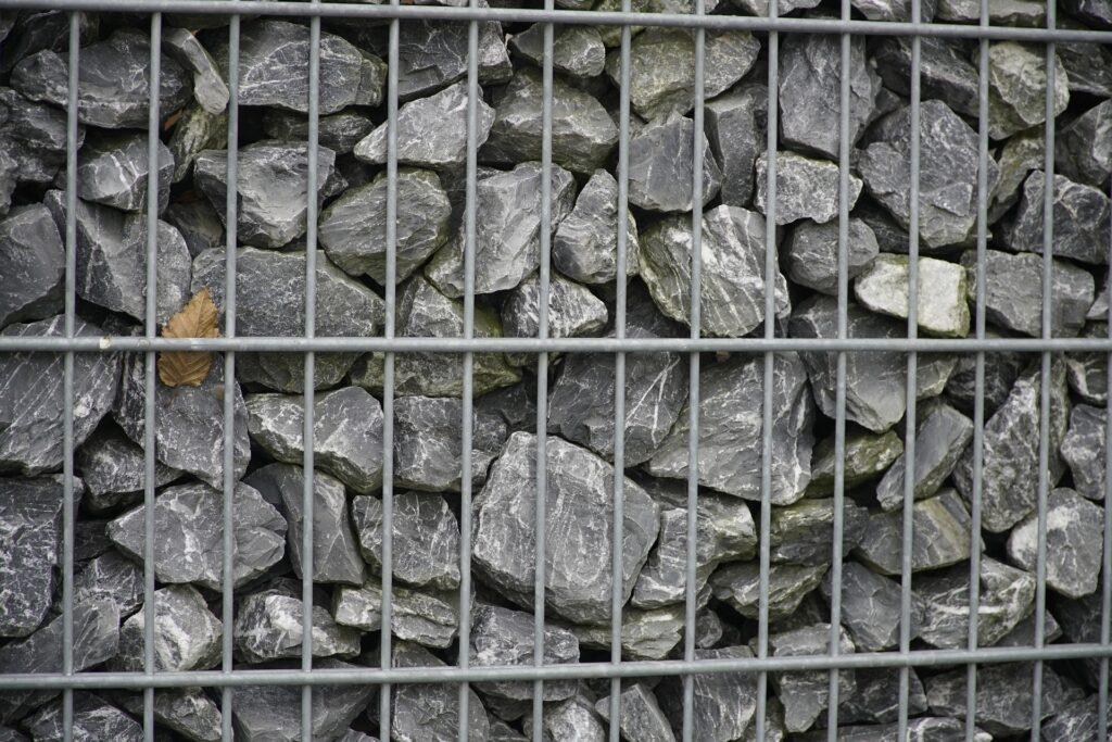 Електрозаварен габион със сиви камъни